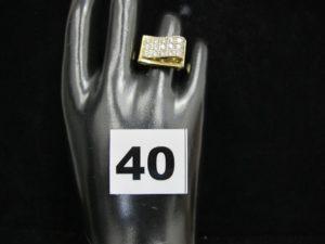 1 bague en or décorée d'un pavage de pierres rectangulaires (TD 53). PB : 5,2g
