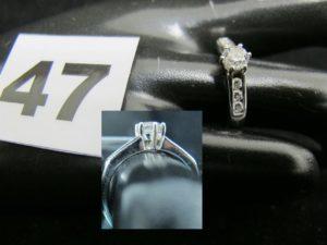 1 bague en or sertie d'un diamant d'environ 0,25ct et de 6 autres en épaulement (TD 53). PB : 3,6g