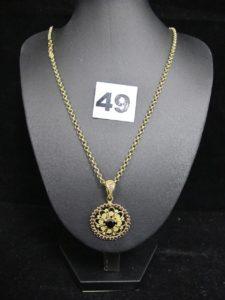 1 chaine maille jaseron (L 56cm) et 1 pendentif à motif floral rehaussé de pierres de couleure grenat (L 3,5cm). Le tout en or. PB :11,2g