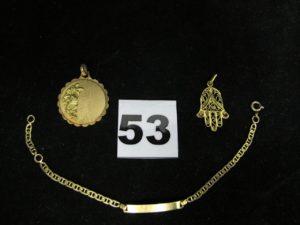 1 pendentif main de fatma filigrané, 1 pendentif orné d'un motif floral en relief et 1 gourmette identité enfant (L 14cm). Le tout en or. PB : 6,2g
