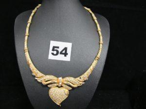 1 collier ras de cou en or articulé orné de pierres et réhaussé d'un motif central coeur (chatons vides, L 40cm). PB :32g