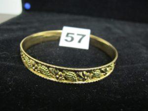 1 bracelet rigide en or motif grappes d e raisins (Diam 7cm). PB : 17,3g