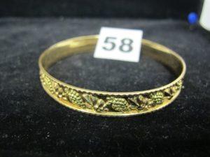1 bracelet rigide bicolore en or motif grappes de raisins (Diam 7cm). PB : 17,5g