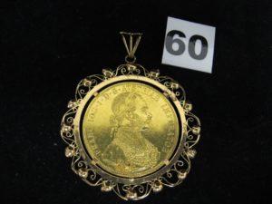 1 médaille en or sertie griffe (dont une cassée) d'une pièce de 4 Ducats de 1915dans un entourage ouvragé. PB : 25,6g