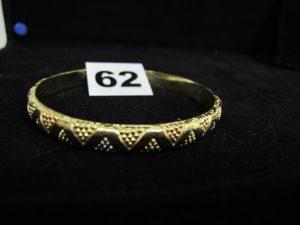 1 bracelet rigide tricolore motif triangulaire (Diam : 6,5cm). PB :6,8g