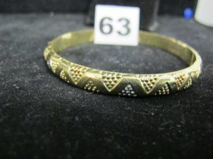 1 bracelet rigide tricolore à motif triangulaire (diamètre : 6,5cm). PB : 7,1g