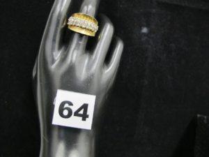 1 bague en or rehaussée de 2 lignes de pierres (TD 54). PB : 8,4g