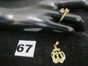 """1 pendentif en or orné de petites pierr es et 1 bague """"Toi et Moi"""" orné de pierres (TD 53). PB : 5,3g"""