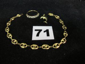 1 bracelet (cassé L 20cm), 1 pendentif motif dauphin (cabossé) et 1 bague demi jarretière réhaussée de pierres (1 chaton vide, TD 55). PB : 7g