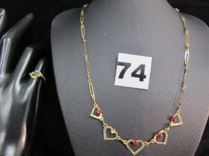 1 collier maille articulée rehaussé de motif coeur orné de pierres , (1 chaton vide, L 41cm) et 1 bague à motif floral ornée d'une petite pierre (TD 49). Le tout en or. PB : 4,4g