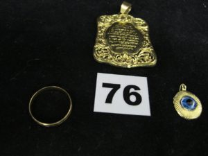 1 alliance en or, 1 plaque en or (cabossée) et 1 pendentif oeuf (entourage en or). PB : 11,1g
