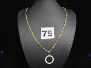 1 chaine maille torsadée (L 45cm) et 1 pendentif motif cercle orné de petites pierres. Le tout en or. PB : 4,5g