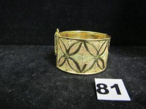 1 manchette en or tricolore ouvrante, ciselée de motifs feuilles (6,5 x 6cm). PB : 34,7g