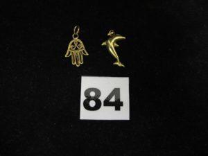 2 pendentifs en or dont 1 motif dauphin orné d'un petit diamant et un motif main de fatma filigrané. PB :2,7g