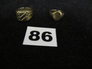 1 pièce de 10 Francs Napoléon III avec des traces de soudure sur le pourtour et1 chevalière en or (sectionnée TD 52). PB : 8,3g