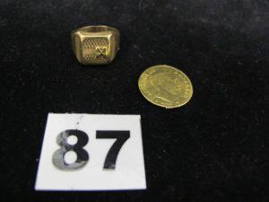 1 chevalière en or (TD 51) et 1 autre chevalière en or tricolore ciselée (TD 59). PB : 10,3g