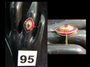 1 bague en or jaune, plateau ovale sertie de diamant et de rubis calibrés (TD 53). PB : 4,2g