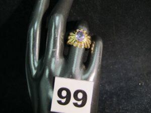 1 bague en or ornée d'une pierre ovale violette en son centre et de petites pierres blanches (chaton vide TD 51). PB : 7,3g