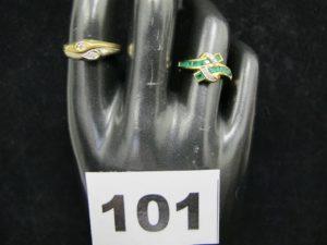 1 bague 2 ors réhaussée de 2 motifs gouttes ornés de diamants (TD 56) et 1 bague en or rehaussée d'émeraudes taille baguette (TD 52). Le tout en or PB 6,1 g
