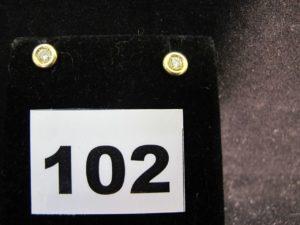 2 clous d'oreilles en or sertis d'un diamant taille brillant en serti clos, monture Alpa. PB : 2,9g