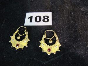 2 boucles savoyardes en or ornée d'une pierre rouge. PB : 5,2g