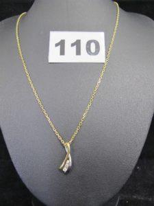 1 chaine maille forçat (L 40 cm) et 1 pendentif bicolore orné de 3 diamants. Le tout en or. PB : 4,8g