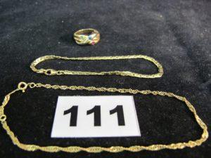 1 bracelet maille haricot (L 19cm), 1 chaine de cheville (L 24,5cm) et 1 bague bicolore ornée de 3 pierres (TD 55). Le tout en or. PB : 8,8g