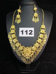 1 collier draperie en or 22K rehaussé de pampilles (L 42cm), 2 pendants d'oreilles en or 22K rehaussé de pampilles (L 5,5cm). PB : 28,10g