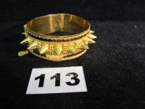 1 bracelet clouté en or 21K rigide ouvrant (diamètre 6cm). PB : 32,6g
