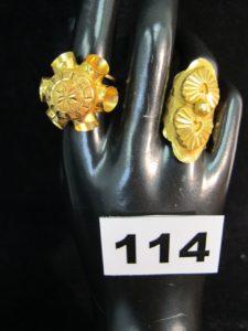 2 bagues en or 21K dont 1 à motif floral(TD 58 réglable) et 1 autre à motif double coeur (TD 55). PB : 11,2g