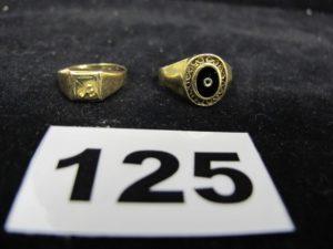 """1 bague ornée d'un onyx (TD 53) et 1 bague type chevalière gravée """"A"""" (TD 50)Le tout en or. PB : 4,3g"""