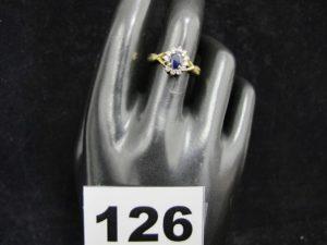 1 bague en or ornée d'une pierre bleue entourée de petits diamants (1 chaton vide TD 56). PB : 3,5g