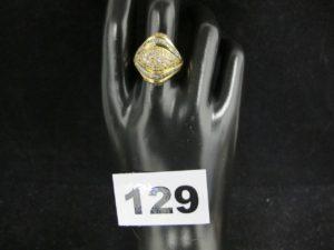 1 bague en or ornée de pierres blanches et roses (TD 56, cabossée). PB : 7,5g