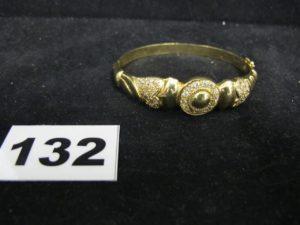 1 bracelet en or rigide ouvrant rehaussé de pierres (5 x 6cm). PB : 16,7g