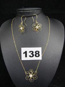 1 collier, fine maille forçat, orné d'unmotif floral en son centre réhaussé d'un élément mobile (L 39cm) et 2 boucles fines ornées d'un élément central (tordu). Le tout en or. PB 2,4g
