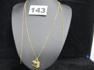 3 pendentifs dont 2 avec des motifs dauphins et 1 avec un motif chaton, 1 chaine fine maille gourmette (L 42cm) et 1 débris de chaine. Le tout en or. PB : 4,3g