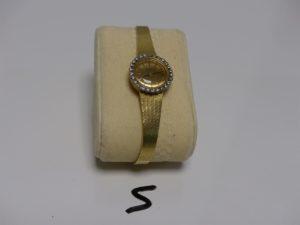 1 montre Dame de marque Certina, bracelet et boîtier or, lunette ornée de petits diamants (L16cm, HS). PB 28,8g