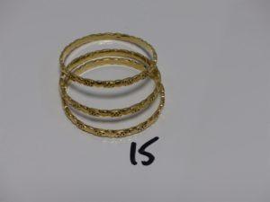 3 bracelets rigides en or à motifs ajourés (creux, diamètre 6,2cm). PB 33,4g