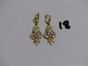2 pendants en or monture bicolore et ornée de pierres (1 chaton vide, H5cm). PB 10,5g