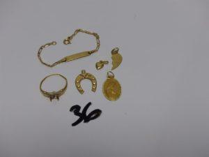 1 bracelet gourmette en or (non gravé,L12cm), 1 médaille de la vierge en or, 3 pendentifs en or (1 fer à cheval, 1 coeur, 1 demi-coeur) 1 bague en or chaton central vide (Td51). PB 5,8g