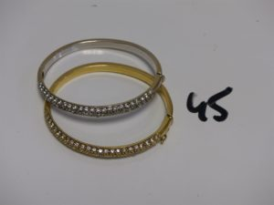2 bracelets rigides ouvrant en or motif central orné d'1 pavage de petites pierres (diamètre 5/5,5cm). PB 28,1g