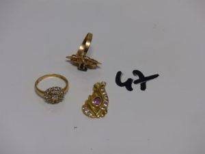 1 pendentif en or orné d'1 pierre rose et de petites pierres blanches, 1 bague en or ornée de pierres blanches (Td53) et 1 bague monture cassée en or ornée de pierres. PB 7,9g