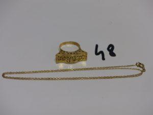 1 bague en or motif central ouvragé et ajouré (Td57) et 1 chaîne maille forçat en or (L50cm). PB 5,4g