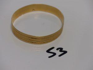 1 bracelet plat semi-rigide et ouvragé en or (diamètre 6,5cm). PB 19,6g