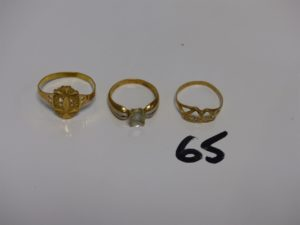 1 bague en or 22K (Td64) 1 bague en or rehaussée d'1 pierre (Td55) et 1 bague en or à décor de coeurs ornés de pierres (Td55). PB 7,2g
