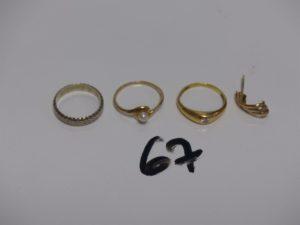 1 alliance ouvragée en or (Td51), 2 bagues en or : 1 avec perle (Td53) 1 ornée d'1 petit diamant ((Td51, fendue) 1 boucle en or cassée. PB 6,6g