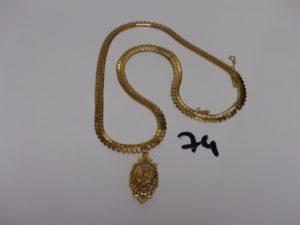 1 collier draperie en or orné d'1 pendentif porte photos à décor floral orné de petites perles (L48cm) (le pendentif ne sort pas du collier). PB 21,3g