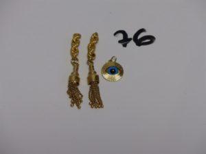 2 motifs en or et 1 pendentif en or orné d'1 oeil bleu. PB 6,2g