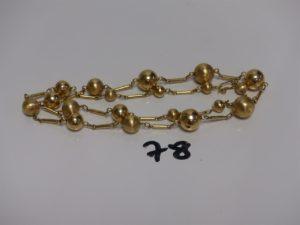 1 collier en or à décor de boules et petits batonnets (cabossé, L60cm). PB 17,3g