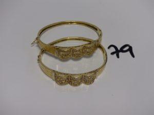 2 bracelets rigides ouvrant en or motif central orné de pierres (diamètre 5/6cm). PB 19,5g